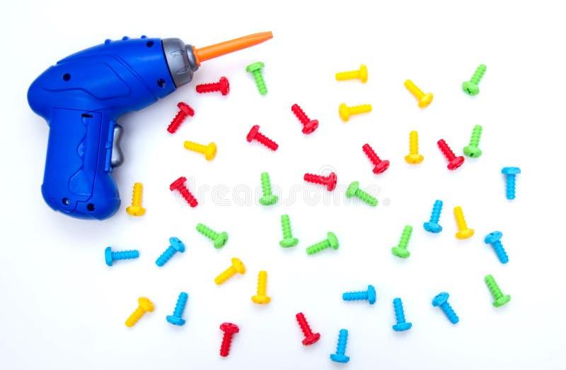 Spielt Hintergrund Draufsicht von Spielzeugwerkzeugen Schraubenzieher und farbige Bolzen isolat Kinder, die Spielwarenwerkzeuge e stockbilder
