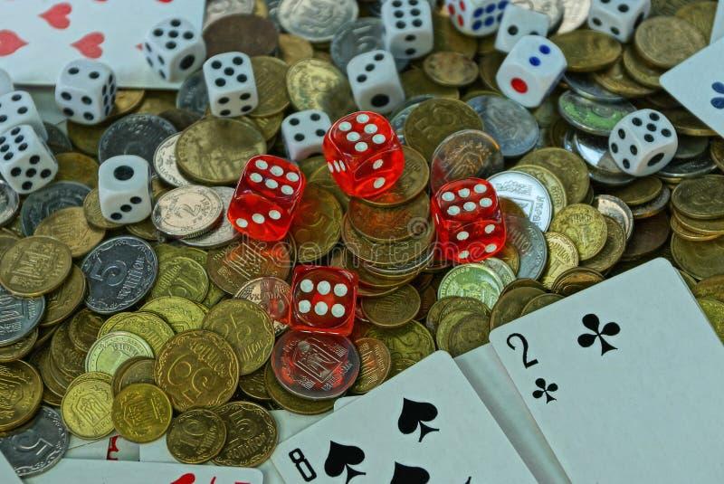 Spielwürfel mit Spielkarten in einem Stapel mit kleinen Münzen lizenzfreie stockfotos