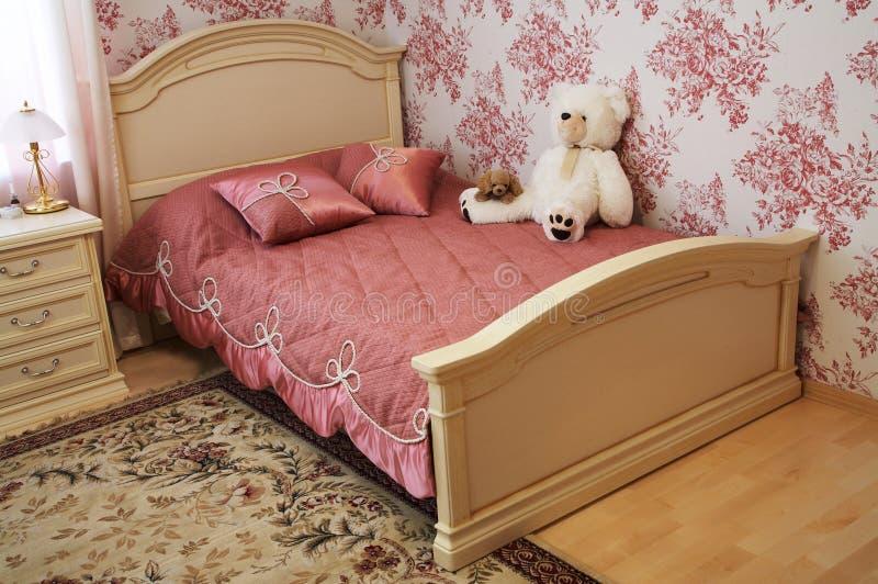 Spielwaren auf einem Bett stockbilder