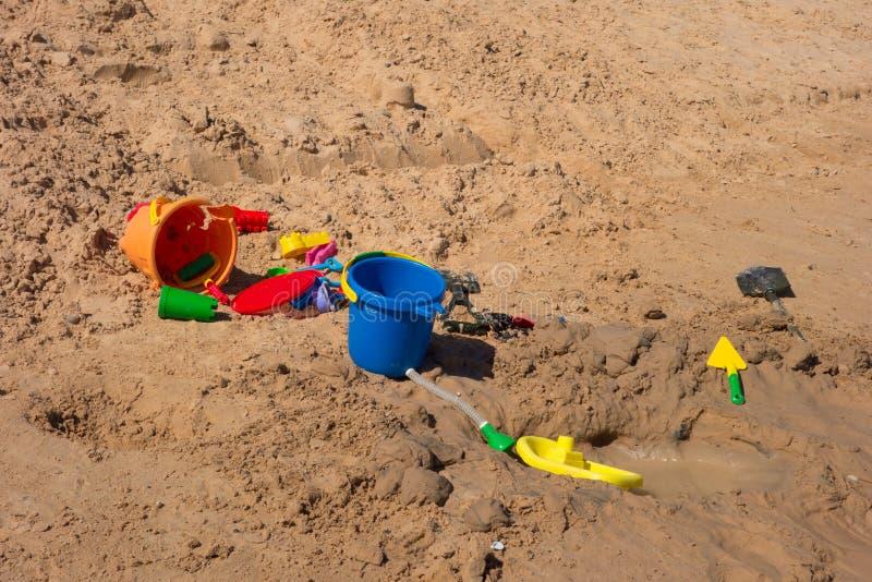 Spielwaren auf einem sandigen Strand in der Wüste lizenzfreie stockfotografie