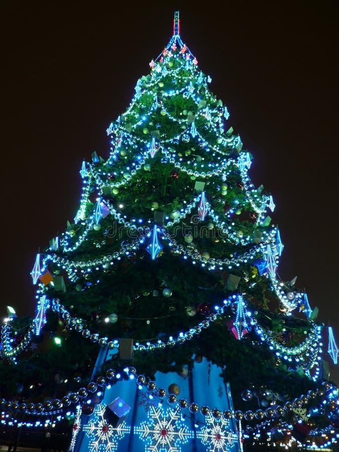 Spielwaren auf grünem Weihnachtstannenbaum stockbild