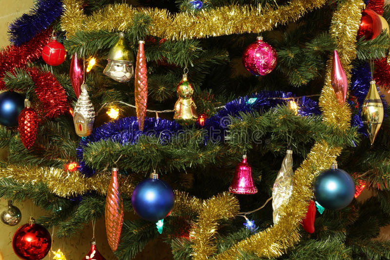 Spielwaren auf grüner Weihnachtstanne stockbild