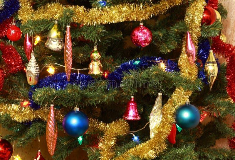 Spielwaren auf grüner Weihnachtstanne stockfotografie