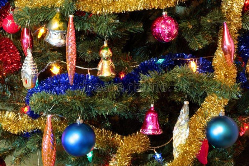 Spielwaren auf grüner Weihnachtstanne stockfotos