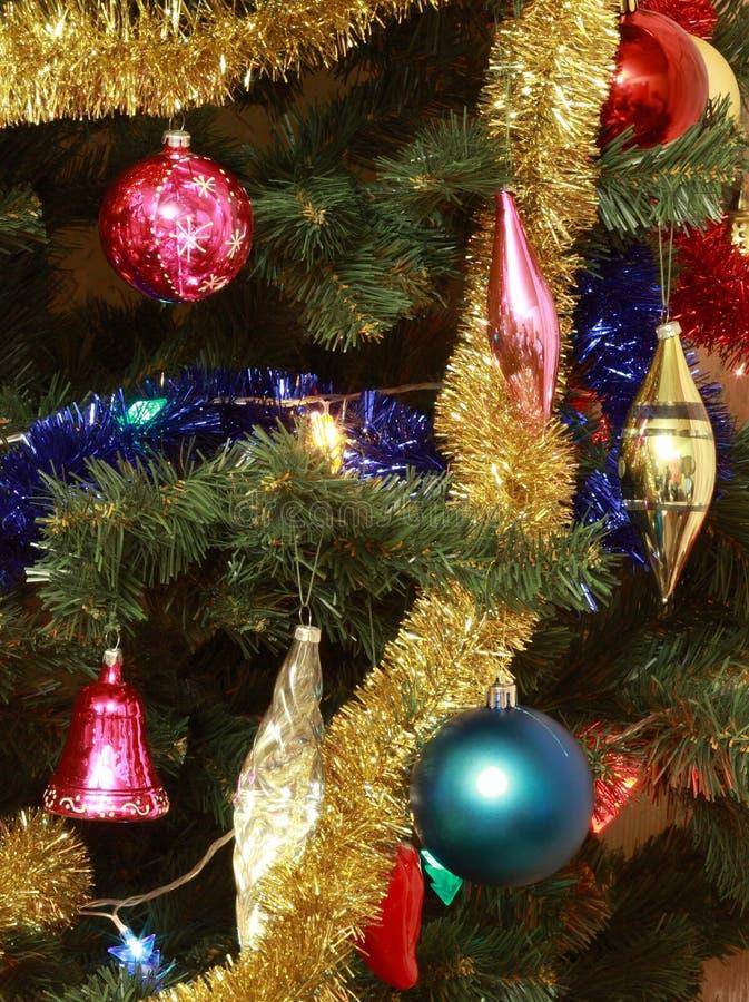 Spielwaren auf grüner Weihnachtstanne lizenzfreies stockfoto
