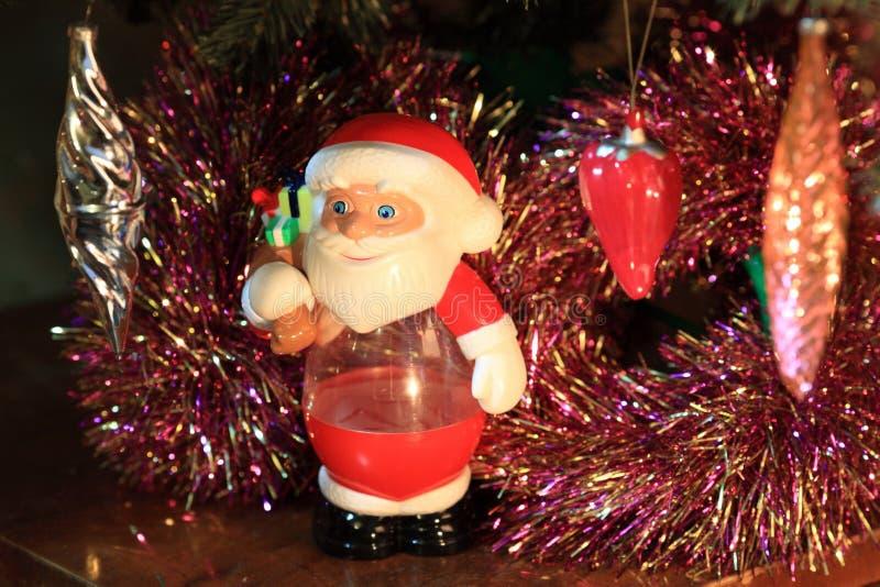 Spielwaren auf grüner Weihnachtstanne stockbilder