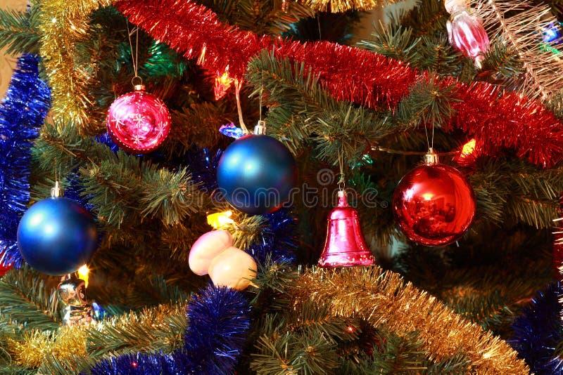 Spielwaren auf Weihnachtsbaumtannenbaum lizenzfreies stockbild