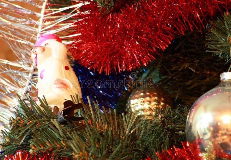 Spielwaren auf Weihnachtsbaumtannenbaum lizenzfreie stockbilder