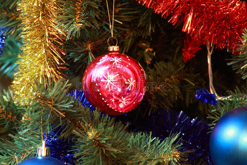 Spielwaren auf Weihnachtstannenbaum stockbilder