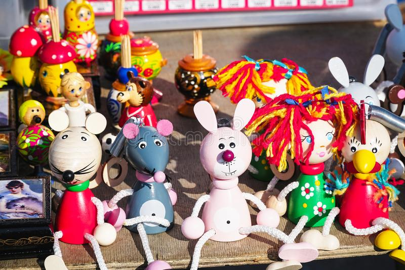 Spielwaren - Figürchen von Tieren und von Leuten auf den Ladenregalen stockfoto