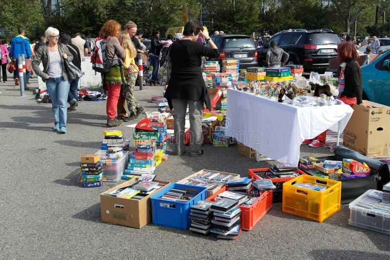Spielwaren und Spiele für Verkauf auf der Flohmarkt stockfotografie