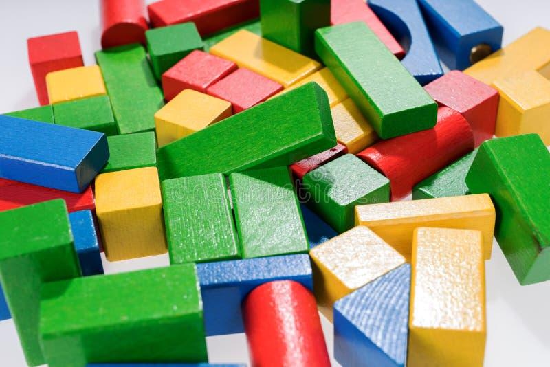 Spielwarenblöcke, hölzerne MehrfarbenMauerziegel lizenzfreie stockfotos