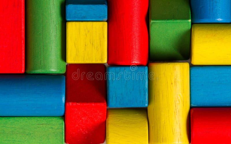 Spielwarenblöcke, hölzerne Mehrfarbenziegelsteine, Gruppe buntes buildin stockfotografie