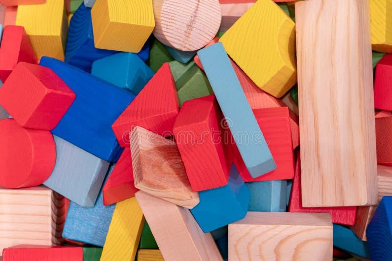 Spielwarenblöcke, hölzerner MehrfarbenMauerziegel stockfotografie
