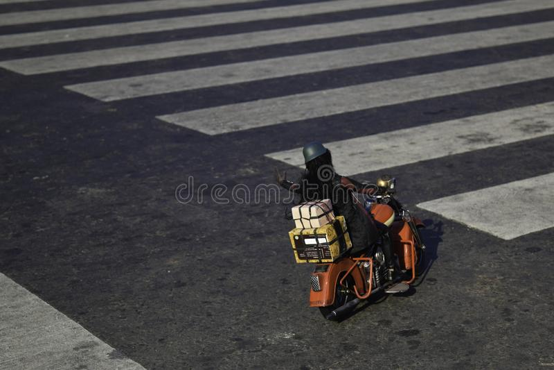 Spielwarenleute reiten Motorräder auf der Autobahn stockbild