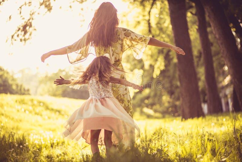 Spielzeit Kleines Mädchen mit junger Mutter draußen lizenzfreie stockfotos