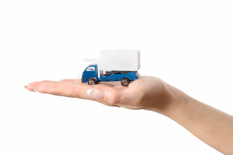Spielzeug-LKW an Hand lizenzfreie stockfotografie