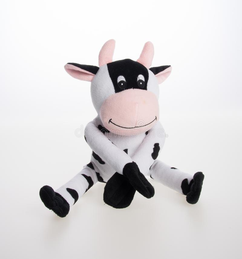 Spielzeug oder weiches Spielzeug der Kuh auf dem Hintergrund lizenzfreies stockbild