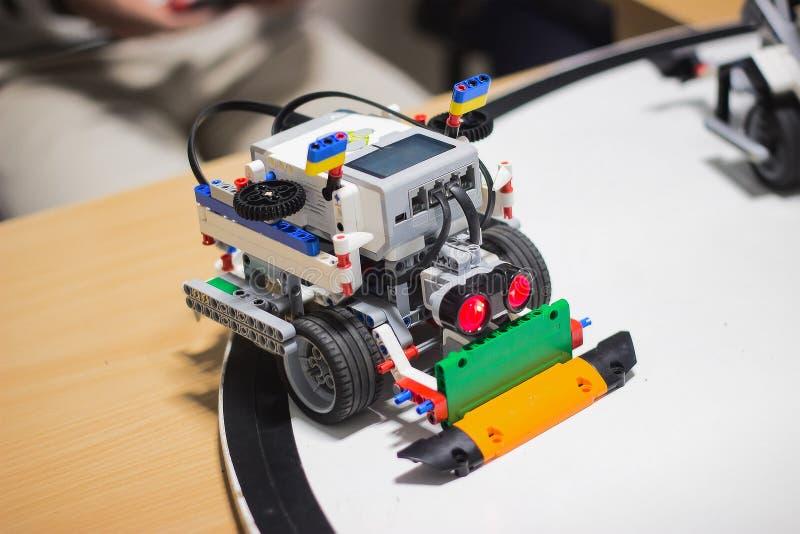 Spielzeug-Roboterauto der Weinlese kleines mit Drähten stockfotos