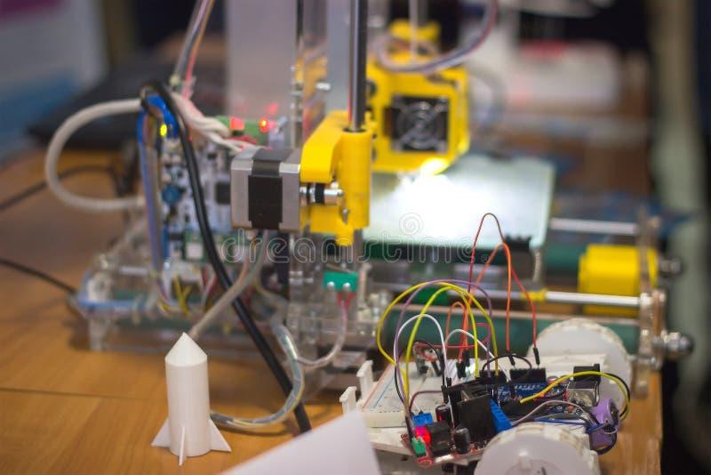 Spielzeug-Robotergerät der Weinlese kleines mit Drähten lizenzfreie stockbilder