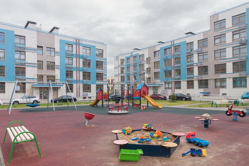 Spielzeug in Sandkasten Kinderspielplatz Gebäude außerhalb gemischten städtischen Mehrfamilienhäusern stockbild