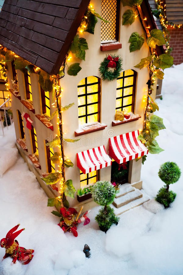 Spielzeug-Weihnachtshaus lizenzfreie stockbilder