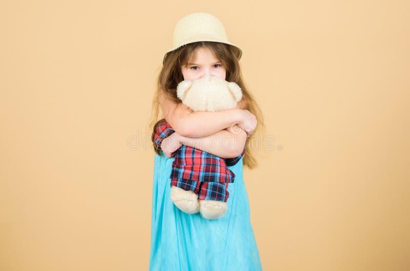 Spielzeug wird im Spiel benutzt Entzückendes Mädchenkind mit netter Plüschtierpuppe Kleines Kinderumarmungsteddybärspielzeug Klei stockfotografie