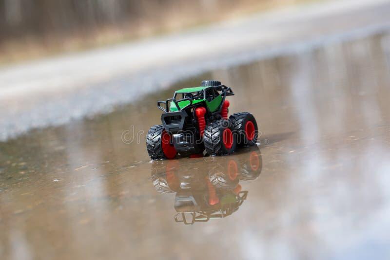 Spielzeugauto in einer Pfütze lizenzfreies stockbild