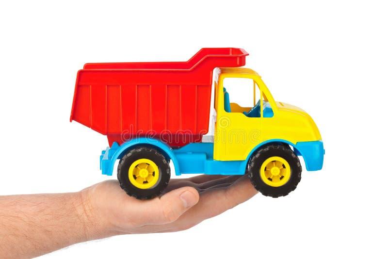 Spielzeugauto-LKW in der Hand stockbild