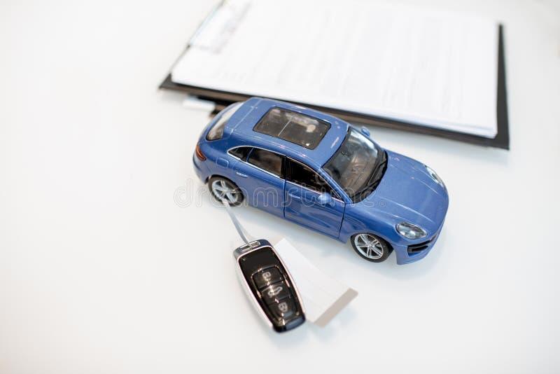 Spielzeugauto mit Schlüsseln auf dem Tisch lizenzfreie stockfotografie
