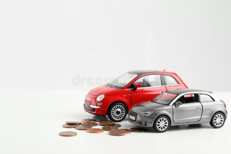 Spielzeugautos und -geld auf weißem Hintergrund, Raum für Text stockfotos