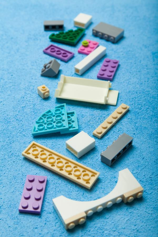 Spielzeugbunte Plastikblöcke, vertikal stock abbildung