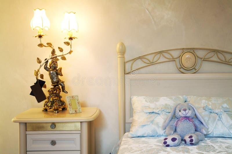 Spielzeughasen auf einem Bett lizenzfreies stockbild