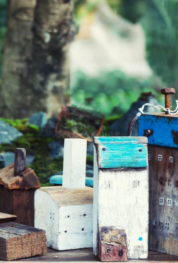 Spielzeugholzhäuser mit Felsen und Moos lizenzfreies stockfoto