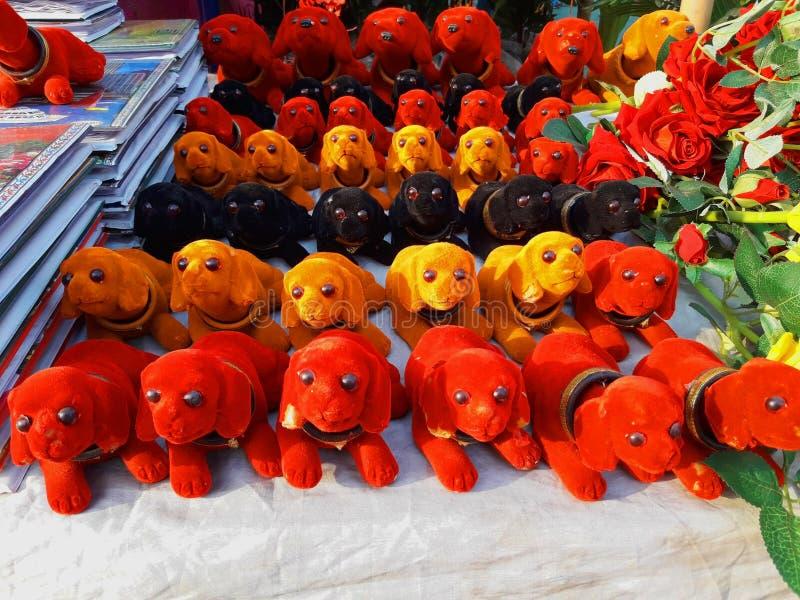 Spielzeughunde in einem Geschäft für Verkauf lizenzfreie stockbilder