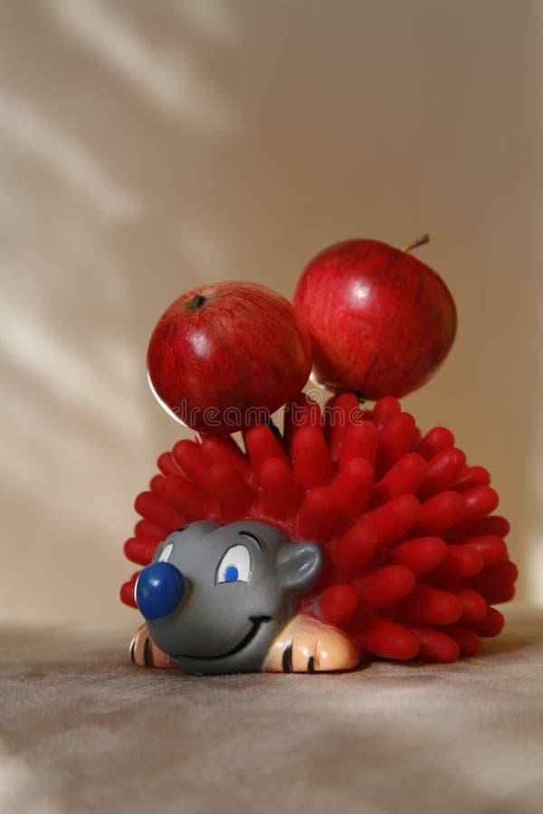 Spielzeugigeles mit frischen Äpfeln lizenzfreies stockbild