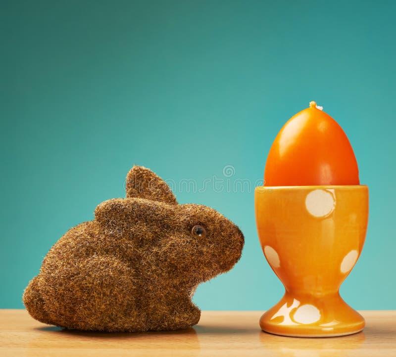 Spielzeugkaninchen nahe bei einem Eihalter stockbild