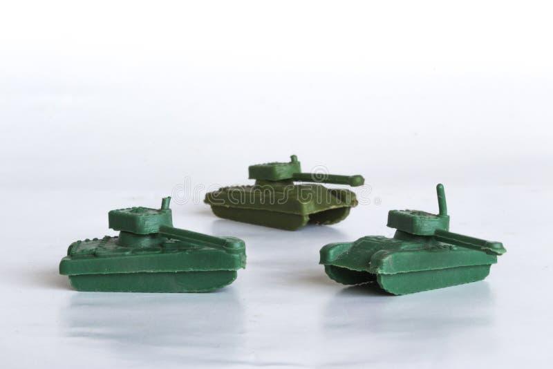 Spielzeugkriegsbehälter auf weißem Hintergrund stockbilder