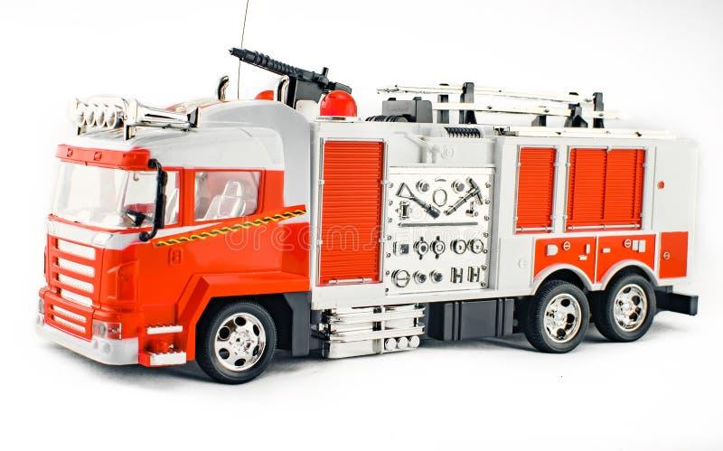 SpielzeugLöschfahrzeug mit Feuerlöschschlauch und feuerlöschenden Werkzeugen Großes Plastikauto des Spielzeugs der Kinder mit lok lizenzfreies stockfoto