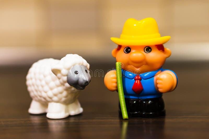 Spielzeugmann und -schafe stockfoto