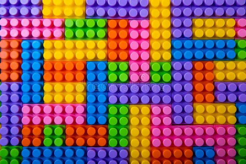 Spielzeugplastikbausteinhintergrund stockfoto
