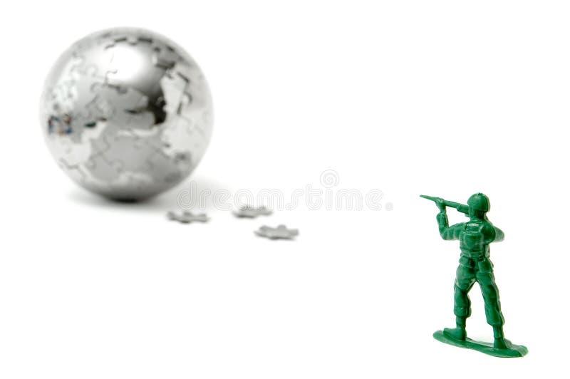 Spielzeugsoldat, der die Welt anstrebt lizenzfreie stockbilder