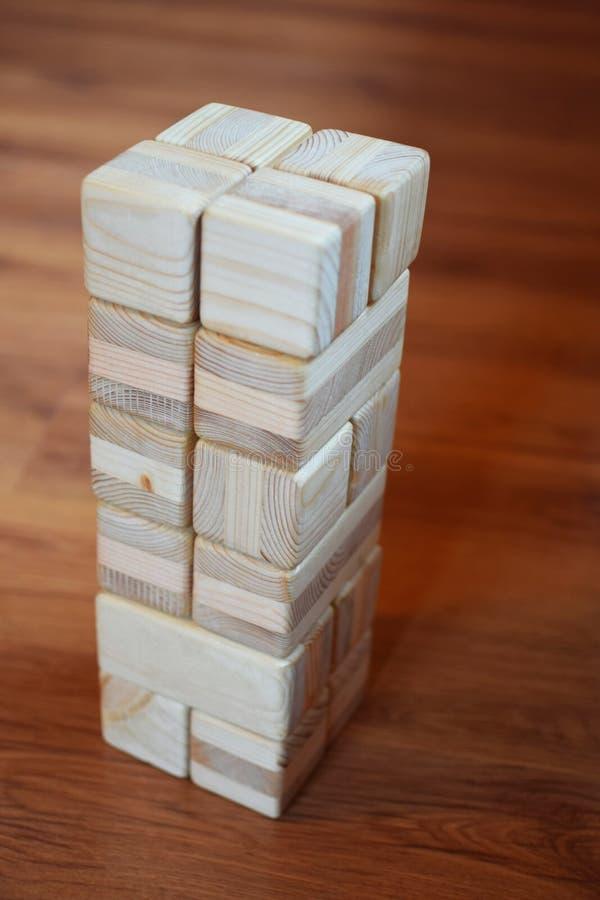 Spielzeugturmstapel von den hölzernen Ziegelsteinen stockfotos
