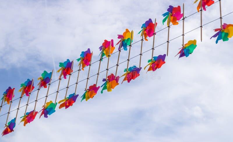 Spielzeugwindmühlendekoration, die im Luftparteifestival Oosterhout, die Niederlande hängt stockfotos