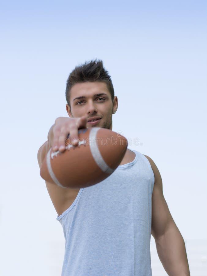 Spier Amerikaanse voetbal met in hand bal. royalty-vrije stock afbeelding