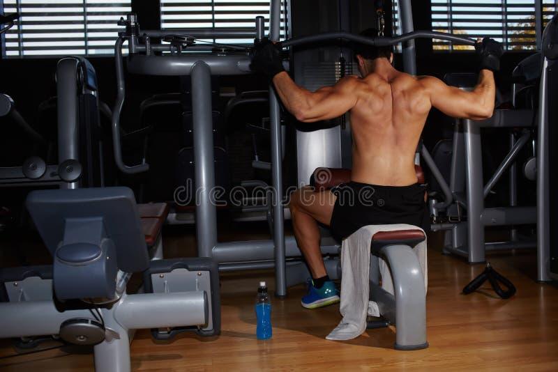 Spier bouw atleet het uitoefenen op pulldown gewichtsmachine royalty-vrije stock fotografie