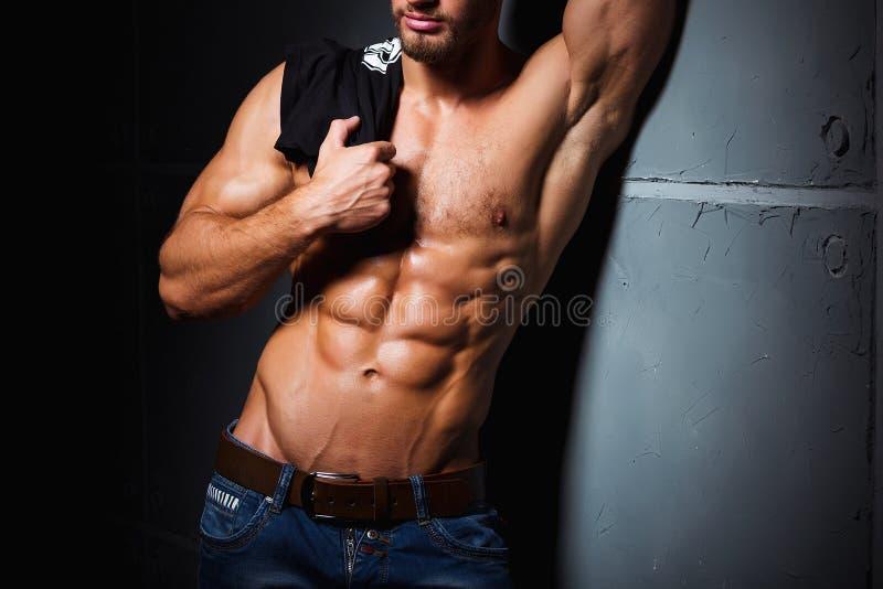 Spier en sexy torso van de jonge mens die perfecte abs hebben Mannelijke homp met atletisch lichaam Het concept van de geschikthe stock fotografie