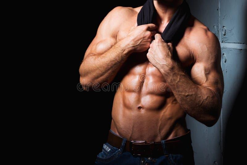Spier en sexy torso van de jonge sportieve mens met stock afbeeldingen