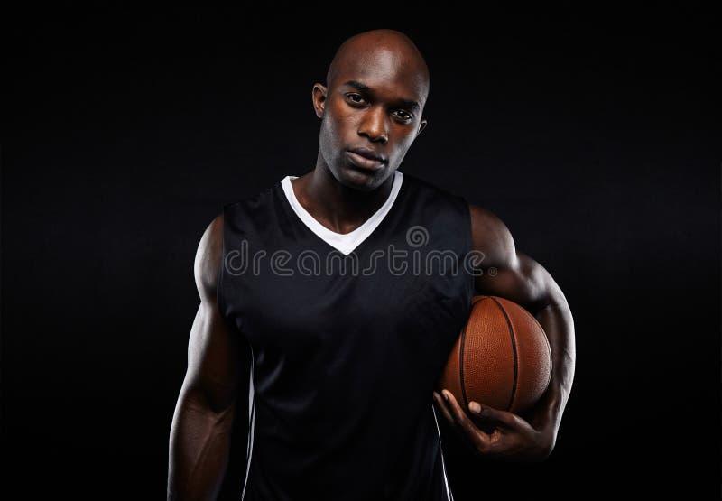 Spier jonge basketbalspeler stock afbeeldingen