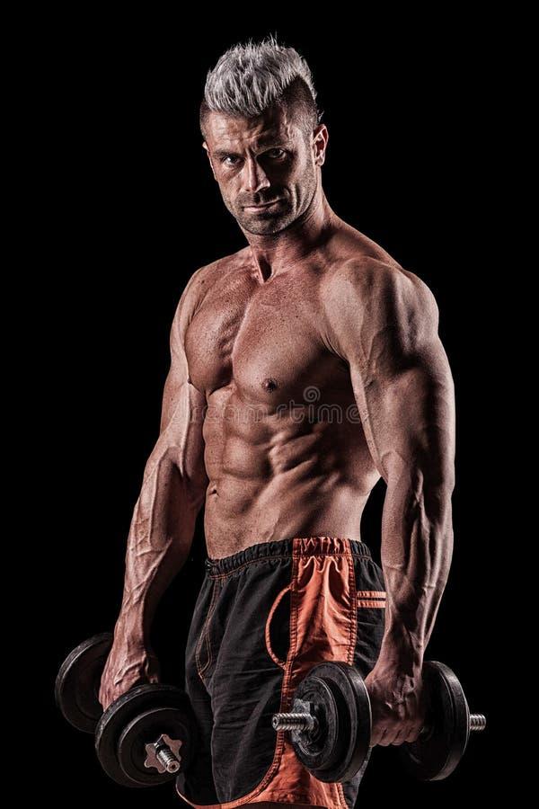 Download Spier Jonge Mens Het Opheffen Gewichten Op Donkere Achtergrond Stock Foto - Afbeelding bestaande uit mannelijk, lifting: 54082298